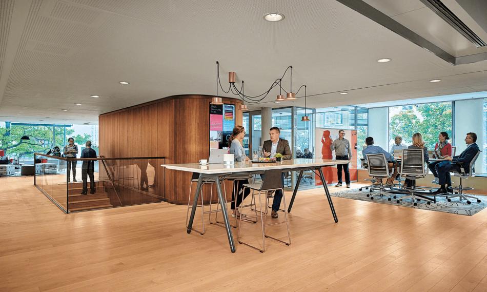 un nouvel aménagement de bureaux avec des gens heureux