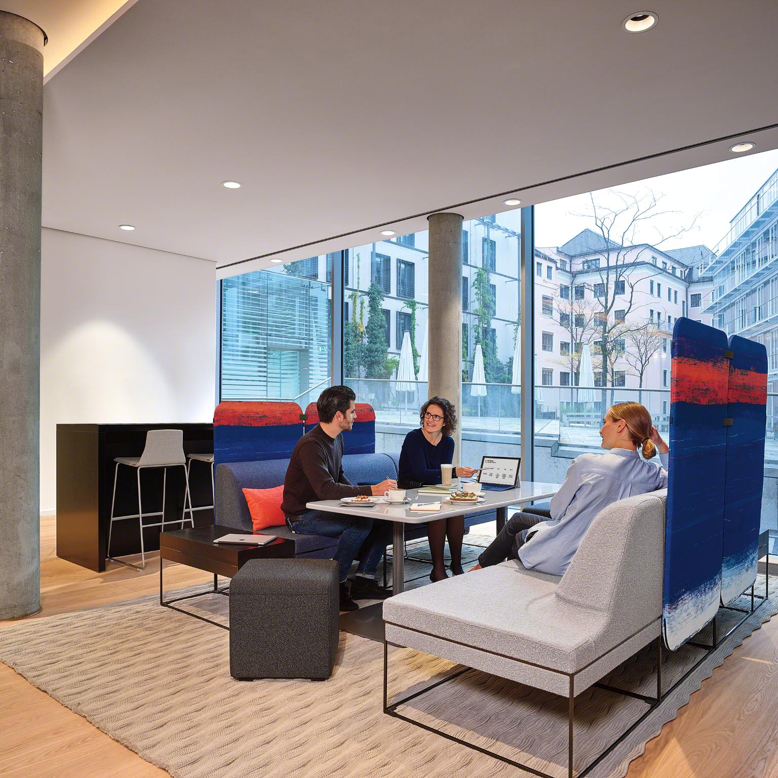 Les canapés, tables et écrans Umami offrent une variété infinie de configurations, de dimensions et d'options de matériaux. Son design flexible et moderne peut être utilisé pour créer des espaces uniques pour les entreprises et les individus qui y travaillent.